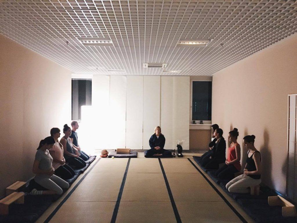 piecesofmara-wie-ihr-nach-einem-harten-tag-zur-ruhe-finden-koennt-zen-meditation2