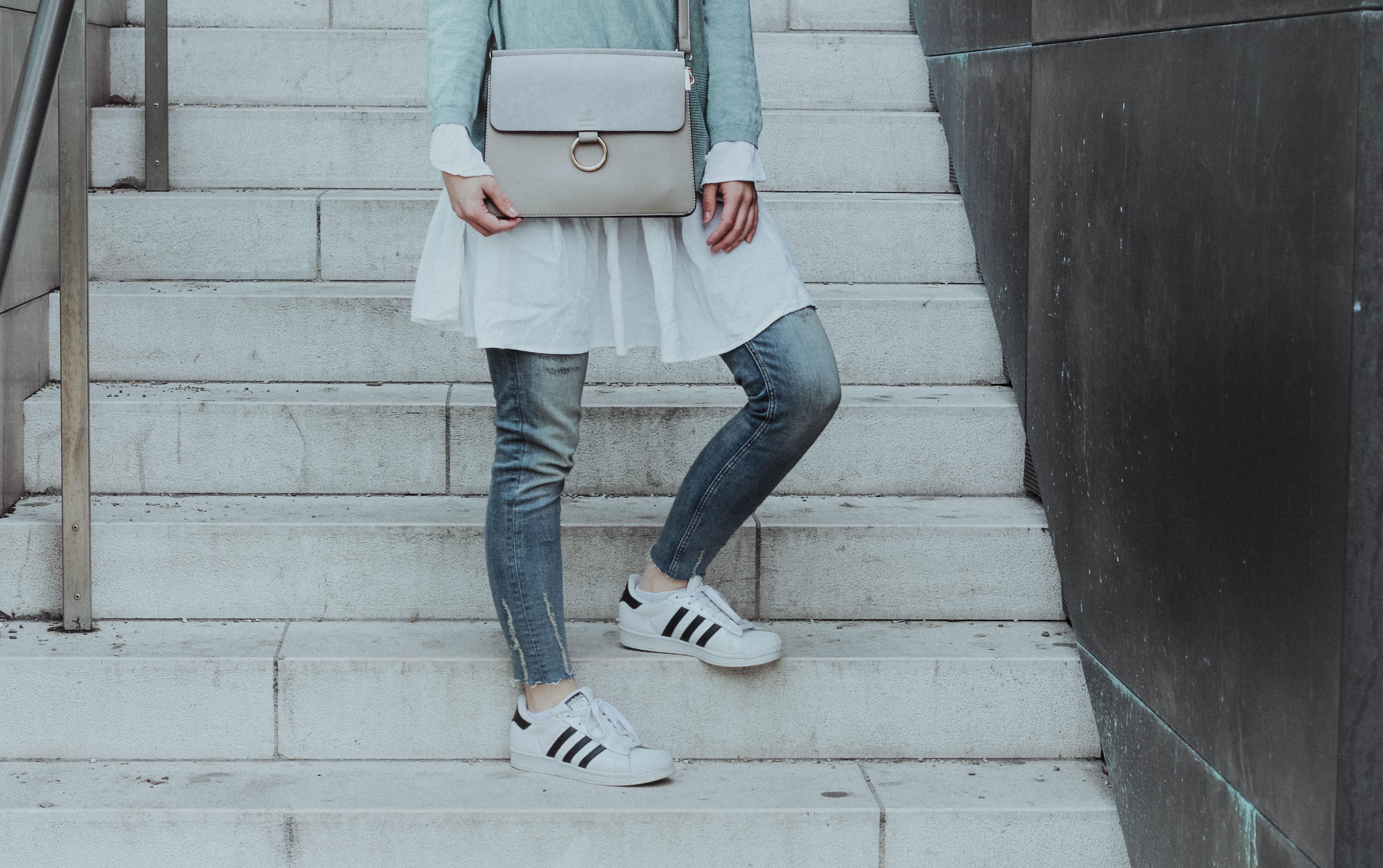 Mint Pullover X Weißes Kleid